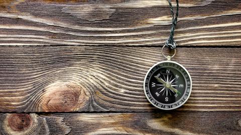 Kompass auf einer Holzplatte