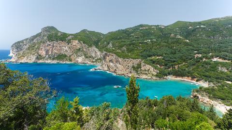 Malerische Bucht von Paleokastritsa an der Westküste Korfus.