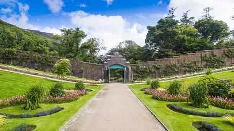 Ummauerter viktorianischer Garten in der Kylemore Abbey.