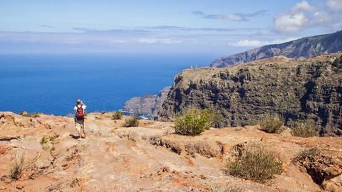 Wanderer an den Klippen auf La Gomera