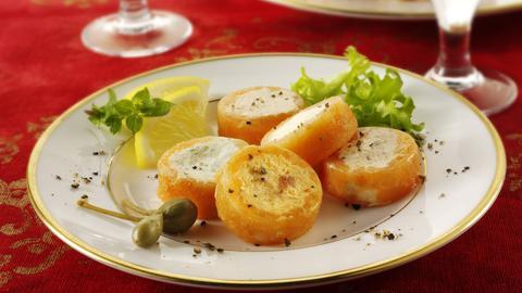 Lachsröllchen mit geräuchertem Lachs und Paprika, gefüllt mit Frischkäse, auf einem Party-Buffet