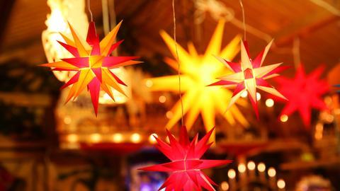Leuchtende Weihnachtssterne an einem Verkaufsstand