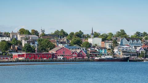 Blick über die Bucht von Lunenburg zur historischen Altstadt und dem Fisheries Museum of the Atlantic.