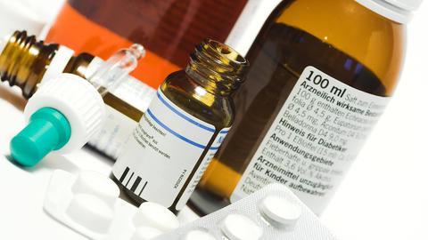 Medikamente auf einem Tisch