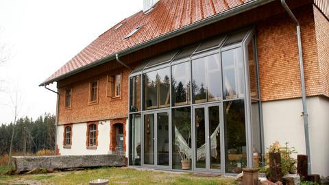 Haus mit Glasvorbau.
