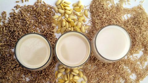 Haferdrink, Sojadrink und Reisdrink bilden Alternativen zu Milch.
