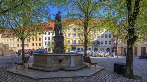 Der Fleischmarkt in Bautzen, zwischen Rathaus und St.Petri Dom: Im Mittelalter gehörte der Brunnen auf dem Fleischmarkt zur Wasserversorgung, dies ist der höchste Punkt der Altstadt, der von der Alten Wasserkunst mit Spreewasser versorgt werden konnte.