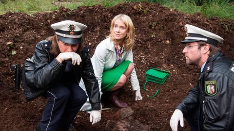 Sophie Haas (Caroline Peters, M.) und Dietmar Schäffer (Bjarne Mädel, r.) am Fundort der Moorleiche an, Bärbel (Meike Droste, l.) wird übel.