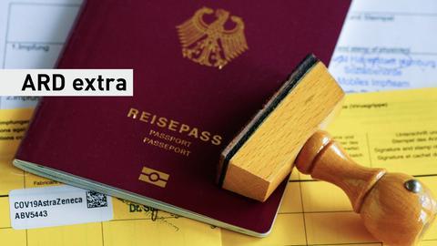 Ein gelber Impfpasse mit AstraZeneca-Sticker, auf dem ein Reisepass und ein Stempel liegen. Schriftzug: ARD extra.