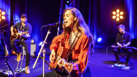 DanaMaria singt auf der Bühne frei!-Bühne und spielt dabei Gitarre.