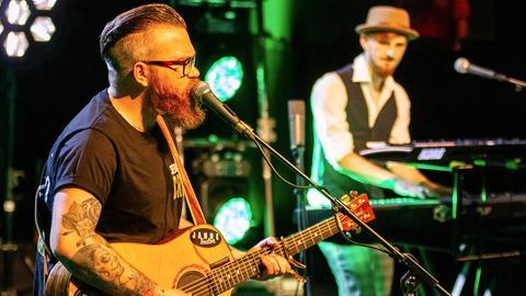 Singer-/Songwriter Janne singt auf der Bühne frei!-Bühne und wird dabei auf dem Keyboard begleitet.