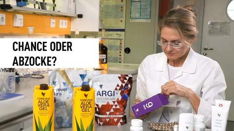 Frau im Labor testet Produkte.