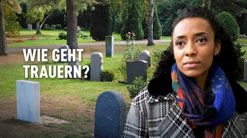 engel fragt-Moderatorin Anne Chebu. Im Hintergrund ein Friedhof mit mehreren Grabsteinen. Schriftzug: Wie geht trauern?