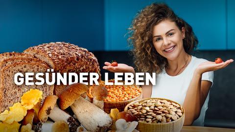 Eine Frau hält glücklich zwei kleine Tomaten in den erhobenen Händen. Vor ihr sind ein geschnittenes Laib Brot, mehrere Pilze und Hülsenfrüchte zu sehen. Text: Gesünder leben.