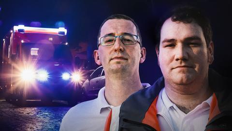 Zwei Rettungssanitäter im Porträt. Im Hintergrund ein fahrender Rettungswagen bei Nacht.