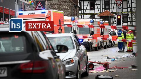 Abgesperrte Straße in Volkmarsen direkt nach Amokfahrt. Stehende Fahrzeuge und viele Rettungswagen hintereinander. Schriftzug: hs extra