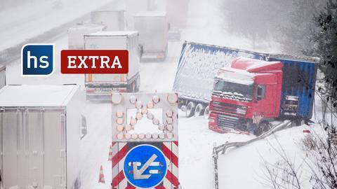 Mehrere Lastwagen auf schneeverwehter Autobahn. Ein LKW steht quer. Schriftzug: hs extra.