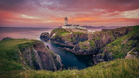 Fanad Head Lighthouse al tramonto, Donegal, Ireland in der Abenddämmerung.