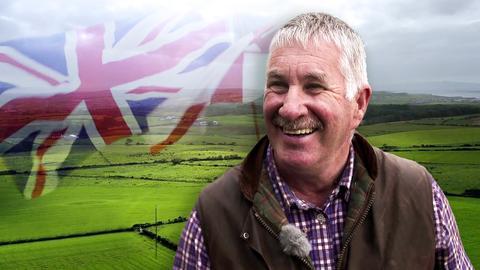 Protagonist lacht. Im Hintergrund transparent eine wehende UK-Flagge.