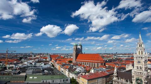 Münchner Altstadt-Panorama mit Blick auf die Frauenkirche und das Neue Rathaus.