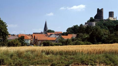 Blick auf Münzenberg mit Burgruine (re.) und Turm der evangelischen Kirche.