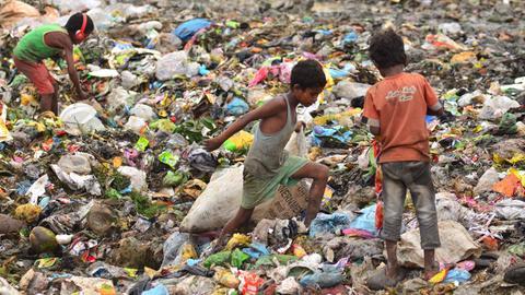 Von Armut geplagt, suchen Kinder auf den Mülldeponien nach brauchbaren Gegenständen.