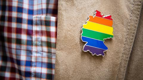 Bis zum 11. Juni 1994 galt Homosexualität in Deutschland unter Umständen als strafbar. Der entsprechende, mehr als 100 Jahre alte Paragraf 175 des Strafgesetzbuchs wurde an diesem Tag offiziell gestrichen.