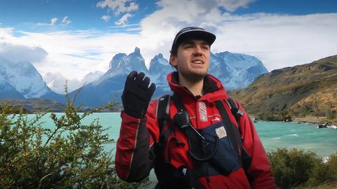 Wanderer in Naturlandschaft mit Berg im Hintergrund