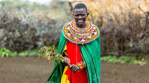 Kenianerin mit typischen Halsschmuck.