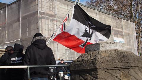 Rechtsextreme mit Reichskriegsflagge