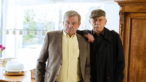 Günter (Wolfgang Winkler, M.) und Edwin (Tilo Prückner, r.) sprechen mit der Lebensgefährtin des Vermissten.