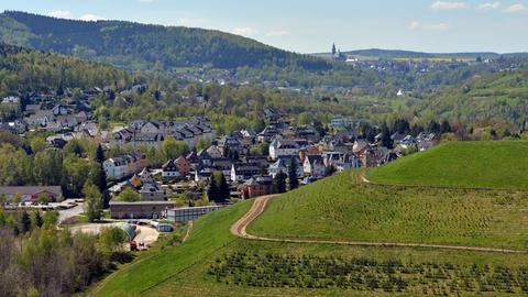 Sanierte Halden des Uran-Bergbaus prägen am 09.05.2016 die Landschaft bei Bad Schlema (Sachsen). Als bundeseigenes Unternehmen blickt die Wismut GmbH auf 25 Jahre Sanierung zurück.