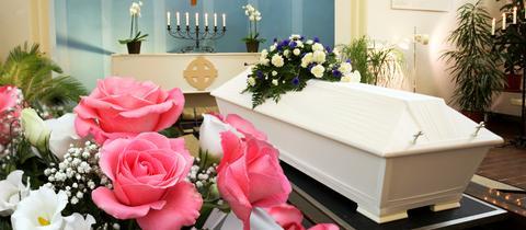 Sarg in Kapelle mit Blumenschmuck