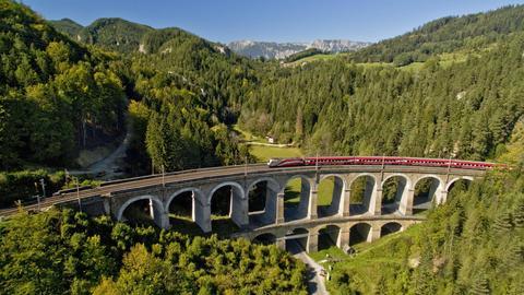 Das Viadukt der Semmeringbahn, Breitenstein, Rax in Niederösterreich.