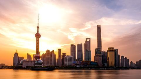 Die Skyline von Shanghai im Sonnenaufgang.
