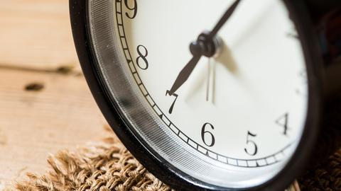 Die Uhr zeigt sieben Uhr an.