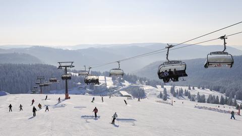 Skilift und Skifahrer auf dem Feldberg, Südschwarzwald.