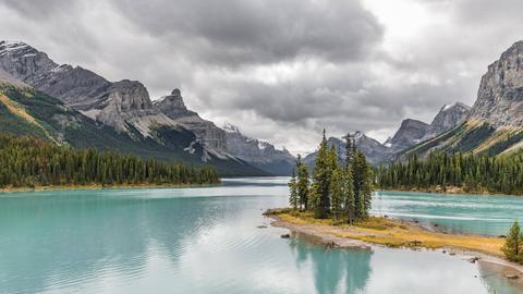 Insel in einem See, Spirit Island im Gletschersee Maligne Lake, hinten Berge Mount Paul, Monkhead und Mount Warren.