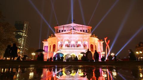 ZumSportpresseball ist die Alte Oper in Frankfurt bunt angestrahlt.