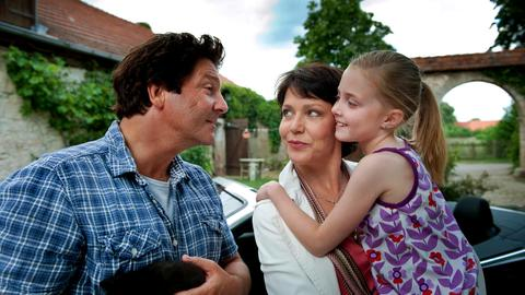 Simon (Francis Fulton Smith), Carla (Janina Hartwig, Mitte), Ronja (Lucy Ella von Scheele).