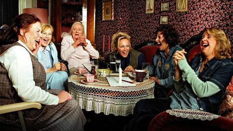 Die Damen sind begeistert von ihrer frivolen Rettungsidee, die die Plötz-Werke sanieren soll (v.l.n.r.): Gisela (Ursula Karusseit), Martha (Brigitte Grothum), Ilse (Gudrun Okras), Moni (Sonja Kirchberger), Romiana (Teresa Hader) und Ilona (Anna Böttcher).