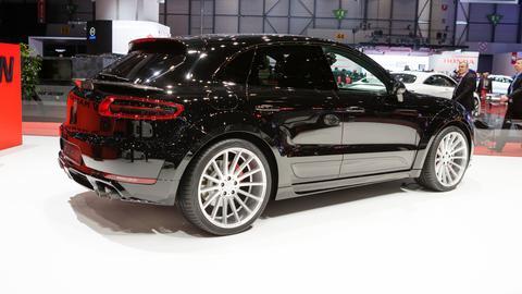 Blick auf einen schwarzen SUV