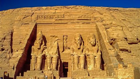 Umgeben von steilen Felswänden rund um den Berg El Qurn in Ägypten windet sich das Tal der Könige.