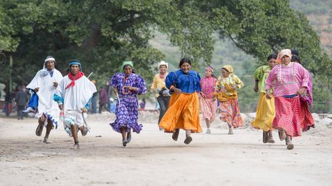 Eine Gruppe rennender Tarahumaras