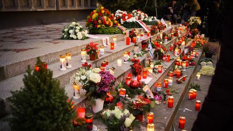Viele Trauerkerzen und Blumen