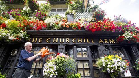 "Gerry O´Brien vor seinem Pub ""The Churchill Arms""."