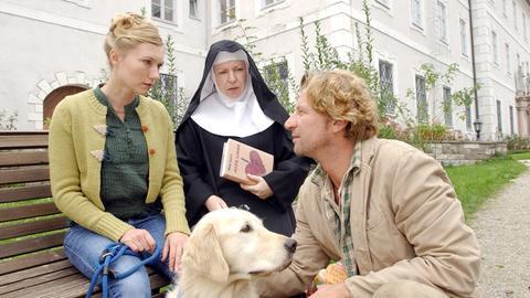 Noch stehen Schwester Agnes (Hansi Jochmann, Mitte) und Nina (Johanna Christine Gehlen) dem Künstler Daniel (Michael von Au) misstrauisch gegenüber.