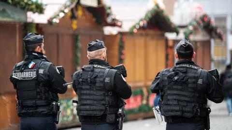 Polizisten auf dem Weihnachtsmarkt in Straßburg