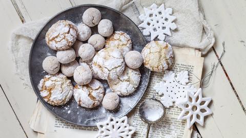Weihnachtsplätzchen in Kugelform mit Puderzucker