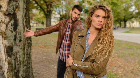 Eine Frau wendet sich im Streitgespräch mit einem Mann von ihm ab.